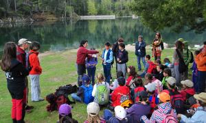 Un grup d'escolars durant una visita al Parc Nacional d'Aigüestortes i Estany de Sant Maurici.