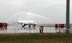 """""""Bateig"""" del primer avió organitzat pel touroperador Quality Travel, ahir."""