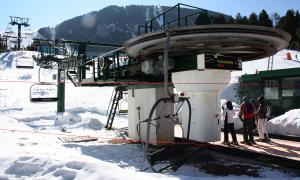 Pla general de l'entrada al remuntador de Fontcanaleta de l'estació d'esquí de La Molina.