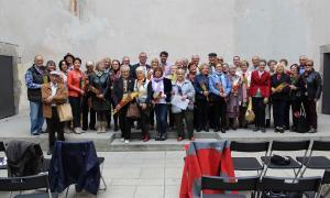 Una imatge de grup amb alguns dels participants en les activitats que es van organitzar ahir per Sant Jordi.