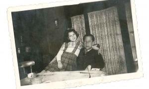 Rosa Viadiu amb el seu pare al pis de cal Senzill, a Sant Julià, on van viure fins al 1952.