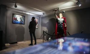 Thor, el doctor Donald Blake en la vida civil, amb el martell Mjölnir, la seva arma reglamentària.