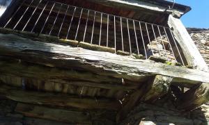 El balcó monunental de casa Piedro, a Ransol, que s'ha ensorrat aquest hivern; el ministeri diu que no hi pot fer res perquè és de propietat privada.