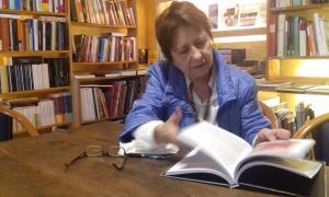 La historiadora Xus Lluelles fulleja un exemplar del seu últim llibre, 'Les ràdios andorranes: una qüesti´de sobirania', un encàrrec de l'Arxiu d'etnografia.