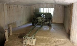 Interior d'un dels búnquers de Martinet i Montellà que es poden visitar. i que conté material pesant cedit per l'exèrcit.