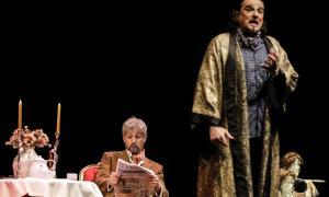 El baix Ferruccio Finetti (Don Pasquale), lector selecte, amb el tenor Carlo Giachhetta (Ernesto), a l'escenari del Claror.