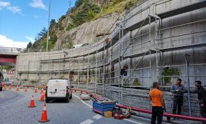 El mur dret de la rotonda inferior del túnel dels Dos Valires, amb la bastida ja muntada, serà el primer que il·luminarà Bosque; a la primavera seguirà la resta de l'espai.