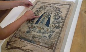L'estampa, ja restaurada i a l'estoig reglamentari. Fa 66 per 42 centímetres i va ser gravada i impresa per Dembour i Gangel a Metz, entre el 1840 i el 1852.
