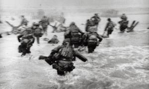 6 de juny del 1944: Capa formava part de les primeres onades del desembarcament de Normandia. Van sobreviure onze fotografies.