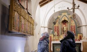 Garrallà i Forell observen la nova taula, a dalt, a la dreta, a sobre de la predel·la de Sant Miquel.
