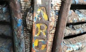 El morro del vehicle, amb la marca encara pintada amb el groc original.