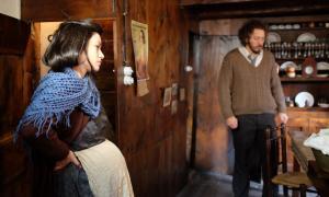 Aida Folch, en el paper de la Sara de cal Riot, i Florin Opitrescu (Marian Rejewski), al rodatge del 'teaser', el juny del 2017 a Casa Cristo.