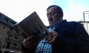 Morell fulleja un exemplar de la biografia que l'historiador Gerhard Lang va consagrar a Boris Skossyreff.
