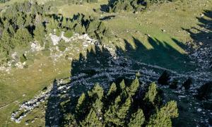 Orri de Mateu, a la vall del Madriu, amb pleta per tancar-hi el ramat, documentat a mitjans del segle XVII: el van construir a més de 2.300 metres d'alçada; a baix, feixes a Sant Julià de Lòria –proliferen a partir del segle XVIII per guanyar terreny de cultiu– i una de les cinc cabanes d'Encodina (Ordino), que es completen amb dues pletes.