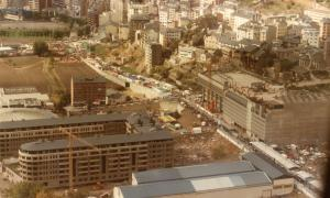 1985: les parades de la Fira s'estenen per tot Prat de la Creu, fins a la Baixada del Molí; atenció a Prada Casadet, en construcció.