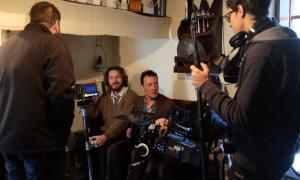 Roger Casamajor, assegut, en el rodatge del 'teaser', el desembre del 2016 a Casa Cristo.