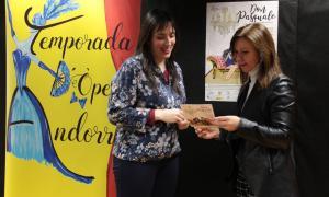 Jonaina Salvador, amb la cònsol menor laurediana, Mireia Codina, que va presentar ahir el segon espectacle de la temporada, 'Don Pasquale', els dies 8 i 9 de febrer al Claror.