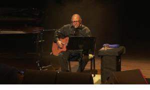 El cantautor cubà, a l'escenari de l'Auditori Nacional.