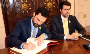 El president del Parlament, Roger Torrent, amb l'alcalde de la Seu, Albet Batalla.