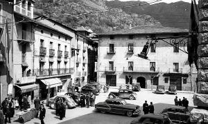 La plaça Benlloch, cap al 1955; la Casa Cintet, a l'esquerra, amb la vela estesa i el característic claustre al pis superior.
