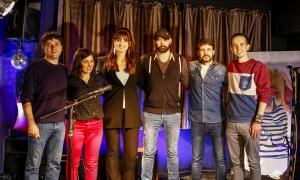 Foto de família dels guanyadors del concurs de música d'autor de la Fada, amb David Bitter, Chicharro, El tren de la musa i Green Note.