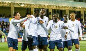 Els jugadors de França feliciten Zouma, que va tancar el marcador anotant el 4-0 al minut 15 de la segona part.