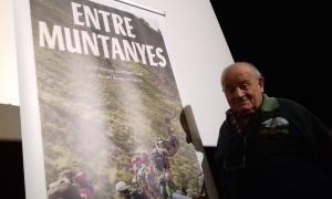 Mossèn Ramon, amb el cartell del documental que es va estrenar ahir als cines Illa i que es projectarà comercialment a partir de divendres.