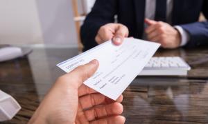 El nou Codi de relacions laborals prohibeix el pagament del salari amb xec.