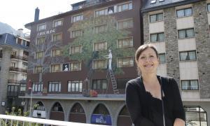 El mural de la façana posterior del Roc Blanc, des del mirador del pavelló del Prat Gran, amb Bosque en primer terme.