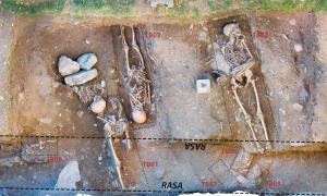 Ortofoto zenital, així se'n diu tècnicament, amb les tombes dels vuit individus exhumats a Santa Coloma, cadascun amb el seu número (Foto: Regirarocs).