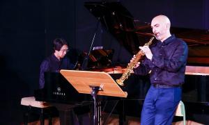 El saxofonista Mariano García va protagonitzar ahir el segon concert del Sax Fest, a la sala d'actes de la Llacuna.