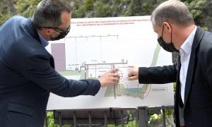 Filloy i Majoral observen els plànols del projecte.