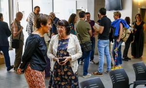 La síndica Roser Suñé i la presidenta de la SAC Àngels Mach, en la presentació del volum 9 dels 'Papers'; els autors, als fons.