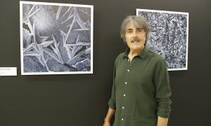 El fotògraf ordinenc, amb una de les obres de 'Pessics de natura'.
