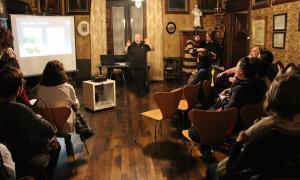 Peruga es dirigeix a la trentena d'assistents al club de lectura, aquest vespre a la Casa d'Areny-Plandolit.