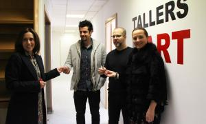 Philippe Shangti i Martín Blanco reben les claus dels Tallers de mans de la comissària, Eva Martínez, i de la ministra Gelabert.