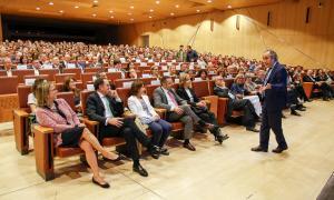 Centenars de persones van assistir a la xerrada d'aquest expert sobre com afrontar la vida