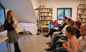 Marta Alsina, autora de 'La vida que queda', ahir a la bibllioteca d'Ordino.