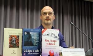 El poeta castellà Juan Carlos García Hoyuelos, a l'ambaixada espanyola.