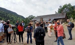 Expedició de periodistes catalans desplaçats al setembre a cal Gastó per a la presentació de 'Morts, qui us ha mort?'