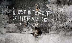 'Prohibit prohibir', un dels lemes del Maig del 68 convertits avui en lloc comú; aquí, en un carrer de París, el maig del 1968.