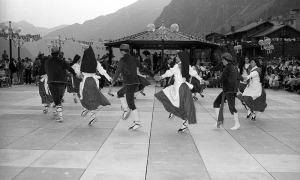 L'Esbart Dansaire va debutar oficialment per la festa major del 1982 i amb motiu de la inauguració de la plaça del Poble i del nou Comú.