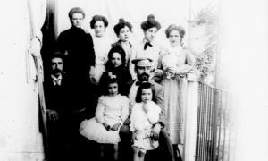 Grup familiar de finals del segle XIX, retratat per Joaquim de Riba Camarlot (de fet, la segona per la dreta de la fila del darrere és la seva esposa, Montserrat Martínez Oliana).