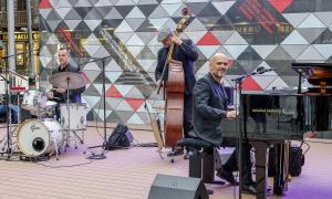 Marc Ferrer, Pep Rius i Olivier Rocque van actuar ahir a la plaça Coprínceps.