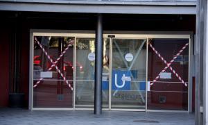 Detingut per trencar amb un mall els vidres de l'entrada a Urgències
