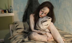 La 'performance' titulada 'Niu', en què el públic pintava Emma Regada.