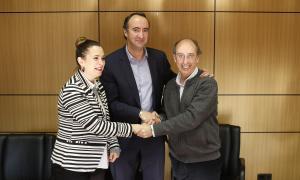 La consellera Jael Pozo, el cònsol David Baró i el president de l'ARCA, Joan Pieras, després de firmar el conveni de cessió de Les Fontetes.