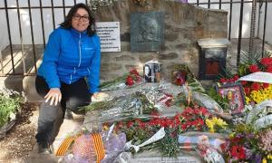 Gacitúa diposita un exemplar de 'Soy mujer y soy poeta' a la tomba de Machado a Cotlliure.