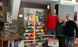 Ilde Lima i Juli Sánchez, de Gol Solidari, van fer entrega d'unes joguines a Colònies AINA.