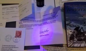 Els missatges escrits amb tinta invisible es desxifren amb una llanterna de llum ultraviolada.